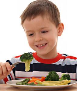 Kid-eating-veggies